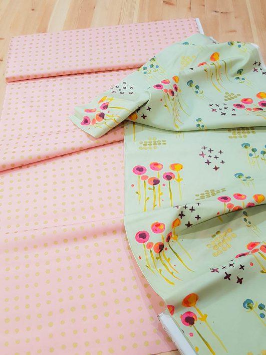 Tissu en coton bio pour bébés avec des pois et des fleurs en or