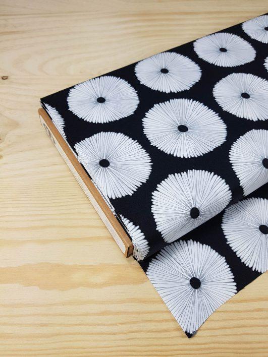 tela de flores estampada en blanco y negro