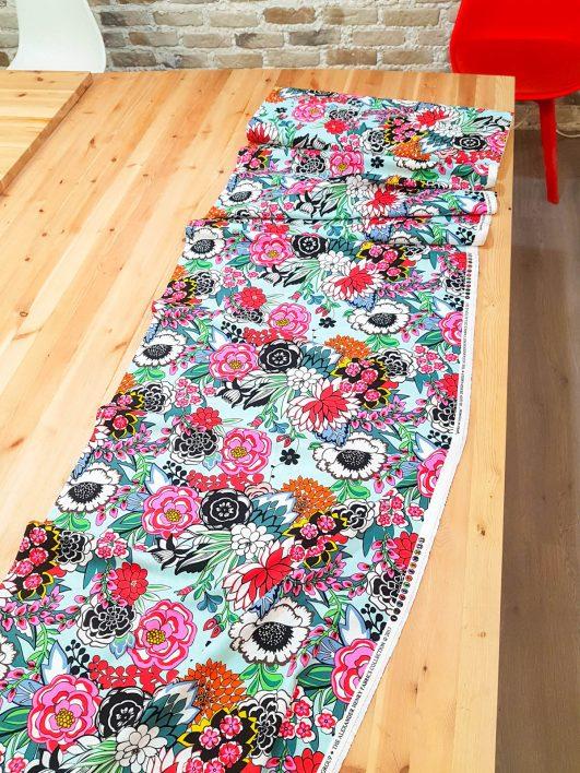 Tela estampada de flores de Coyoacán de Alexander Henry
