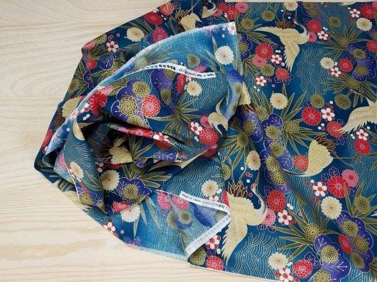 """Tela japonesa de flores y grullas """"Tsuru to hana"""" azul diseño de Kokka"""
