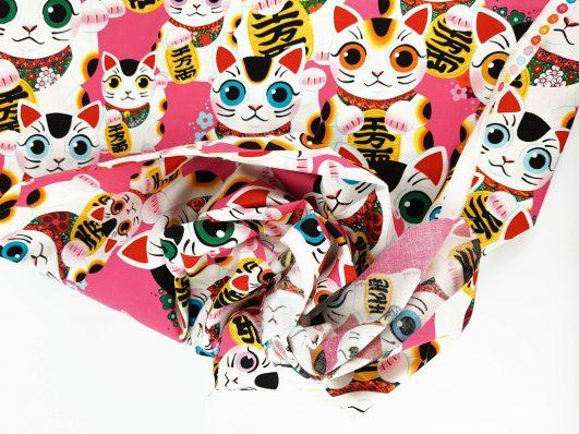 """Tela con estampado de gatos chinos de la suerte """"Fuku Kitty"""" en fucsia de Alexander Henry"""