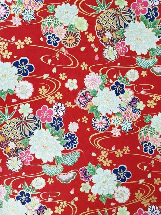 Tela japonesa de Kokka con grandes flores y detalles dorados sobre fondo rojo