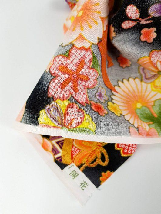 Tela japonesa de origamis y flores en negro y dorado diseño de Kokka