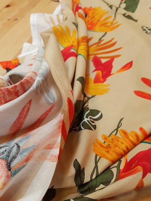 Tela de loros e hibiscus tropicales en crema de Alexander Henry