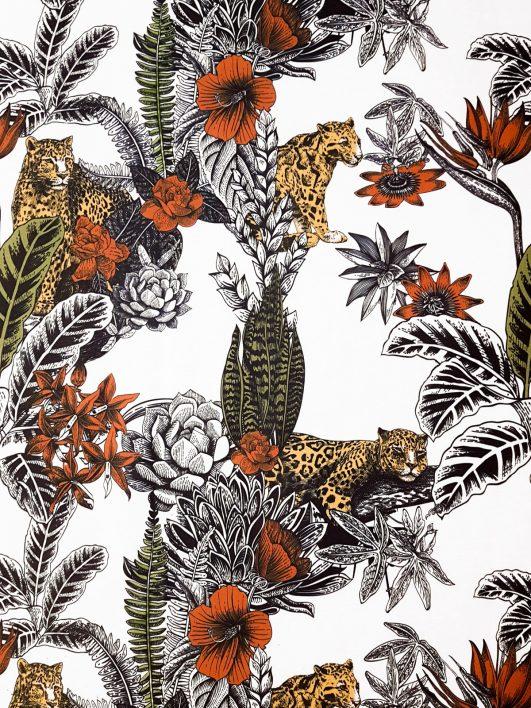 Tessuto leopardo circondato da vegetazione tropicale a metà Panama