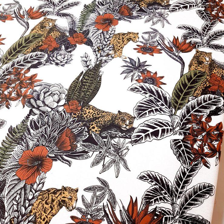 Tela de leopardos rodeados de vegetación tropical en half panamá