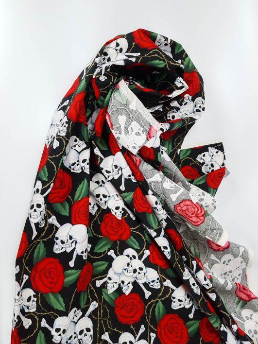 """Tela de calaveras y rosas """"skulls"""" de Alexander Henry Fabrics"""