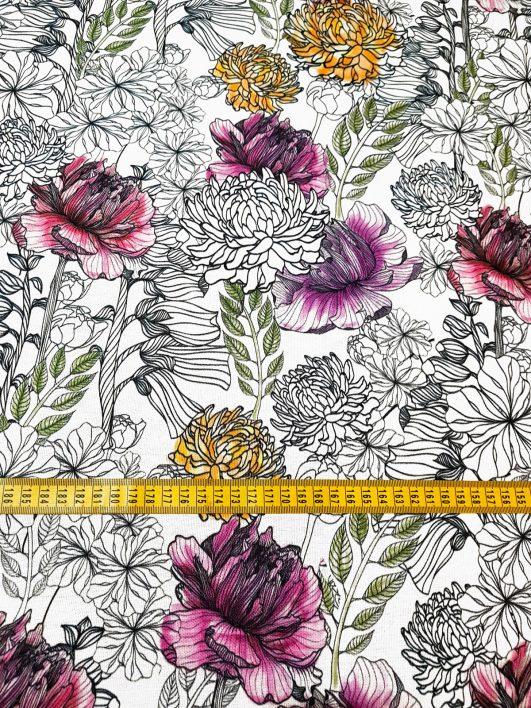 Tessuto floreale bianco e nero e dettagli di colore su mezzo panama