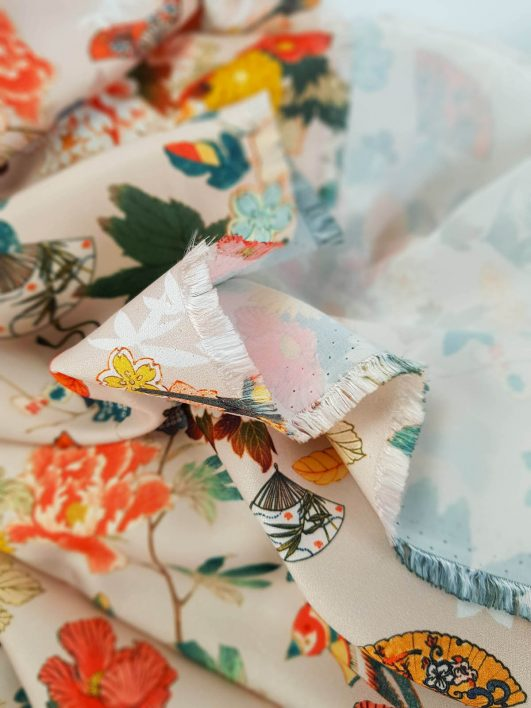 satén estampado de flores japonesas sobre fondo crema