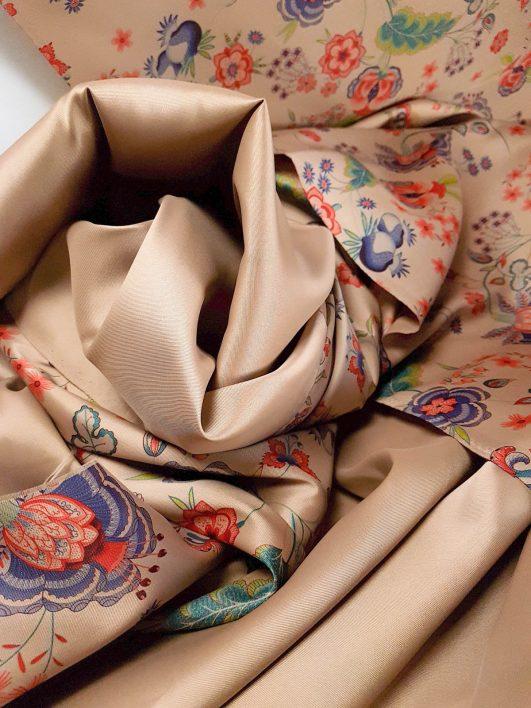 Mikado con stampa giapponese su sfondo bronzo Presenta una spettacolare stampa di fiori giapponesi vintage e sfondo di bronzo. Tessuto spesso e morbido con lucentezza satinata È un tessuto per il corpo, rigido, con una lucentezza discreta (raso) e un tocco piacevole. Pertanto, è perfetto per realizzare abiti da festa e cerimonia. La composizione di questo tessuto è in poliestere e la larghezza 1,40m e il suo spessore medio.