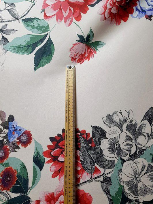 Mikado con gran estampado de flores en blanco roto