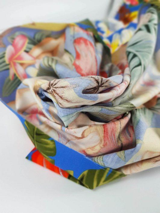 Tela tropical de pinups en bikini y flores hibiscus en azul de A. Henry