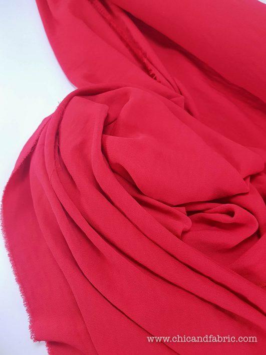Tela viscosa lisa en rojo