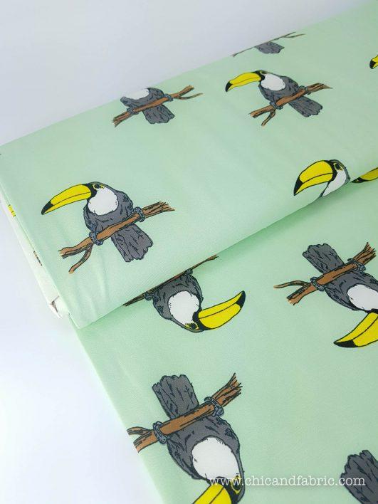Tejido punto de camiseta ecológico verde menta con tucanes