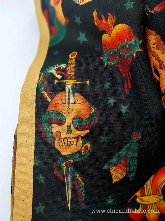 """""""Tatouage"""" tissu avec des tatouages vintage """"Tatouage"""" en noir par Alexander Henry"""