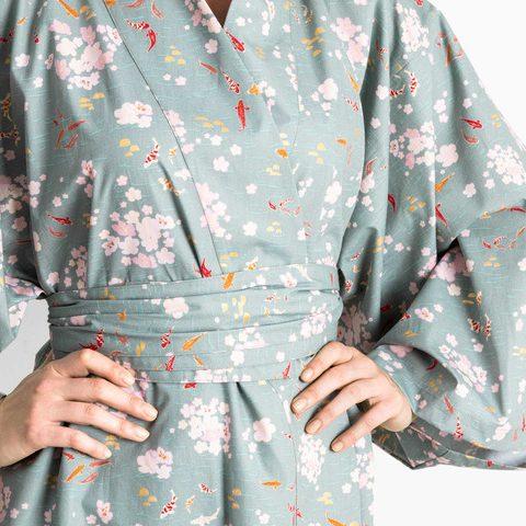 kimono con tela japonesa de peces kois y flores pequeñas