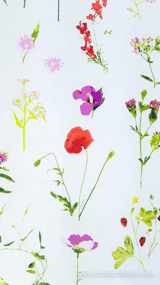 Stampa su tela bianca di steli di fiori dal design classico