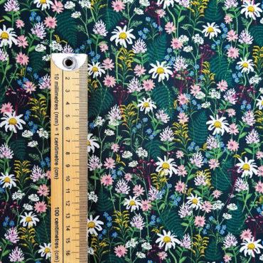 Tissu à petites fleurs, motifs marguerites blanches et fougères sur fond sombre
