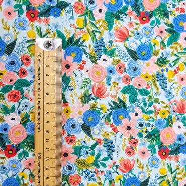 Tissu imprimé de fleurs et fond d'aquamarine très clair