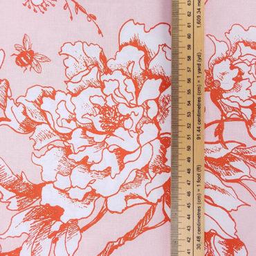 Tissu japonais avec de grosses roses rouges et des papillons