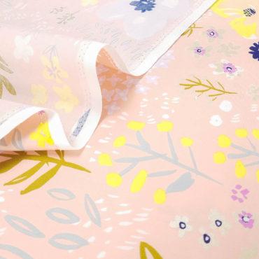 Tela de flores en tonos pastel cálidos fondo salmón y detalles en dorado